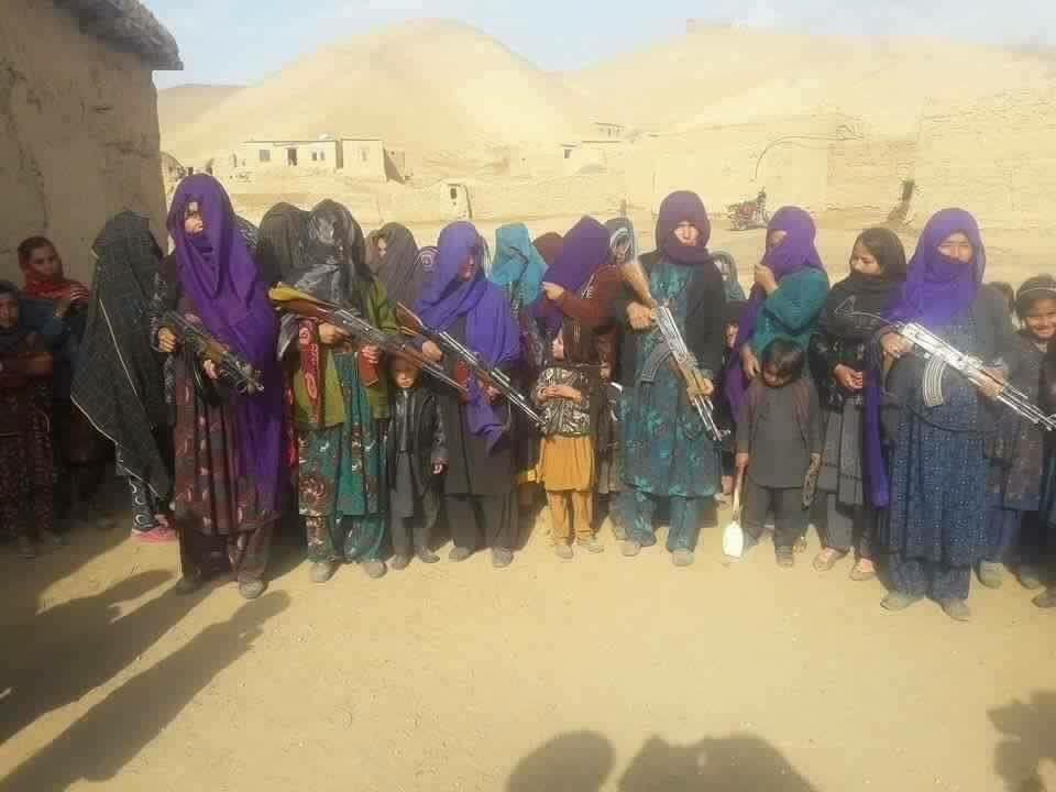 أفغانيات يتسلحن للدفاع عن مناطقهن
