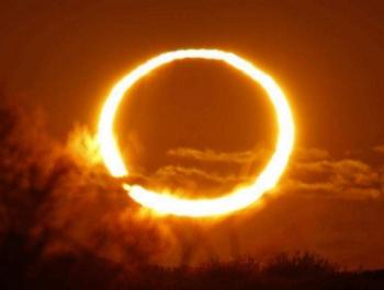 """""""الكسوف"""" القمر يحجب الشمس بشكل كلي"""