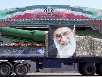 ايران ترد على الاتفاق النووي بعرض صاروخ 2000 كم