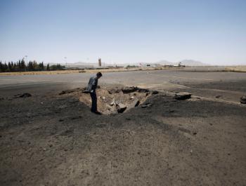 السعودية تقصف مطار اليمن لمنع وصول مساعدات