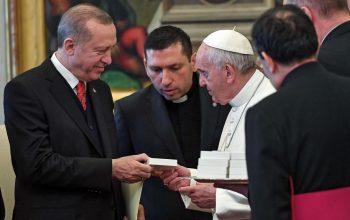 البابا لأردوغان: هذا ملاك السلام الذي يخنق شيطان الحرب