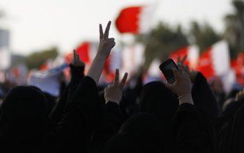 ملك البحرين يخضع للتظاهرات ويخفف الأعدام