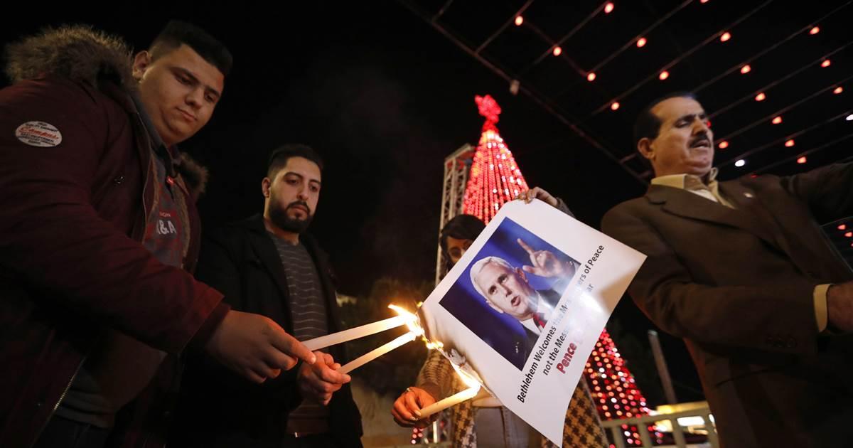 В Вифлееме палестинцы сожгли портрет вице-президента США