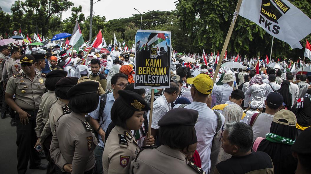 Из-за решения Трампа по Иерусалиму тысячи человек пикетируют посольство США в Джакарте