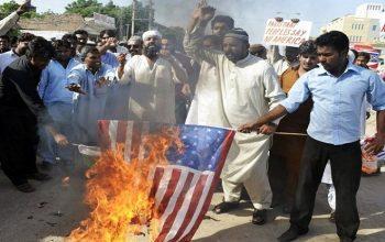 پاکستانیها در اعتراض به سخنان ترامپ پرچم آمریکا را آتش زدند