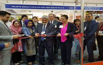 وزیر زراعت غرفههای افغانستان را در نمایشگاه جهانی محصولات زراعتی در امارات افتتاح کرد