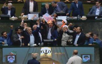 نمایندگان مجلس ایران پرچم آمریکا و برجام را آتش زدند