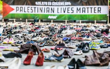 هزاران جفت کفش به حمایت از کشته شده های فلسطینی درمقر اتحادیه اروپا چیده شد