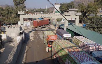 مرزهای پاکستان به صورت محدود به روی موترهای باربری افغانستان باز می شود