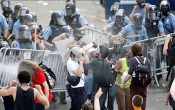 شلیک مستقیم پولیس امریکا به خبرنگاران و مظاهره کنندگان