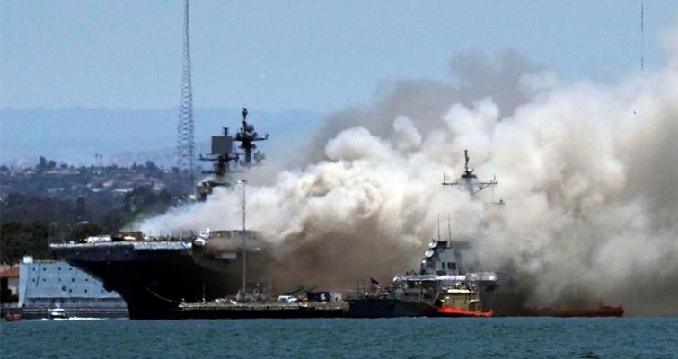کشتی جنگی امریکا آتش گرفت