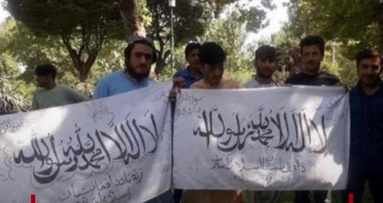 گفته می شود که شماری از اعضای طالبان در تهران بیرق این گروه را به نمایش گذاشتند